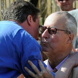 Swindon, Aprile 2010. David Cameron abbraccia il padre Ian prima di tenere un comizio (Ap)
