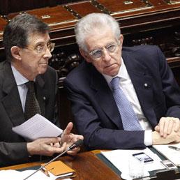 Il ministro per i Rapporti con il Parlamento, Piero Giarda con il presidente del Consiglio, Mario Monti (Ansa)