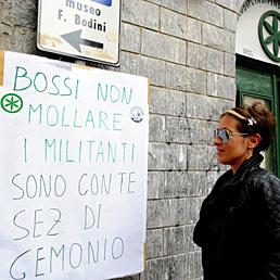 Un cartellone di sostegno a Umberto Bossi esposto davanti all'ingresso della sede della Lega Nord a Gemonio (Va)