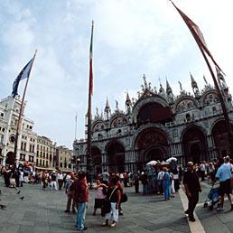 La Pasqua della crisi: gli italiani rimangono a casa - Presenze in calo del 10%. Nella foto una veduta di Piazza San Marco a Venezia (Marka)