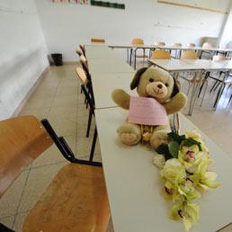 Riapre la scuola di Melissa, lacrime e fiori sul suo banco. Il preside: grande reazione degli studenti (Ansa)
