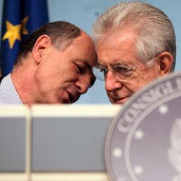 Mario Monti insieme a Corrado Passera (Reuters)
