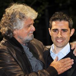 Beppe Grillo e Federico Pizzarotti (Ansa)