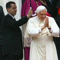 Papa Benedetto XVI insieme all'aiutante di camera, Paolo Gabriele (Ansa)