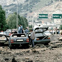 Nella foto l'attentato del 1992 a Giovanni Falcone nel quale persero la vita, oltre al giudice, la moglie, Francesca Morvillo, e alcuni componenti della scorta (Olycom)