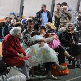 Alcuni sfollati ospitati in una tendopoli della Protezione civile a Finale Emilia (Ansa)