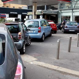 Week-end di sconti per i carburanti Code-distributore-benzina-Fotogramma-258