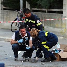 Rilievi della Polizia Scientifica davanti alla scuola Morvillo-Falcone a Brindisi (Ansa)