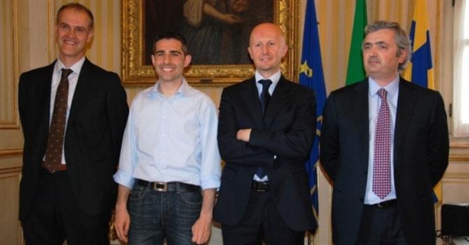 Da sinistra: Gabriele Folli (ass. ambiente e mobilità); Federico Pizzarotti (sindaco); Cristiano Casa (ass. attività produttive, commercio, turismo); Gino Capelli (ass. bilancio e partecipate)