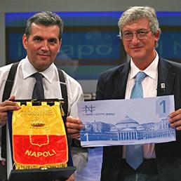 """Nella foto a sinistra il vincitore del concorso """"Napoli Virtuosa"""", Luca Mosele, a destra l'assessore Marco Esposito"""