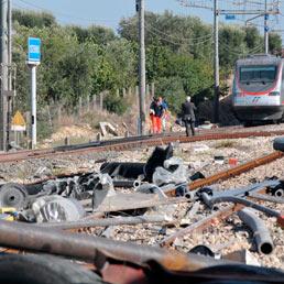 Il punto dove e' avvenuto lo scontro tra un treno Freccia Argento e un tir all'altezza del passaggio a livello della Stazione di Cisternino. (Ansa)
