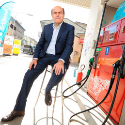 Bersani parte per le Primarie e fa benzina a Bettola, suo paese natale. Renzi polemizza sulle regole