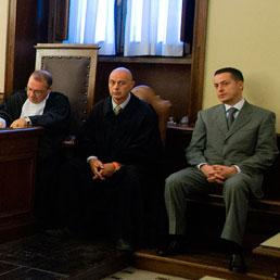 Paolo Gabriele, l'ultimo a destra, in tribunale durante il dibattimento (Ansa)