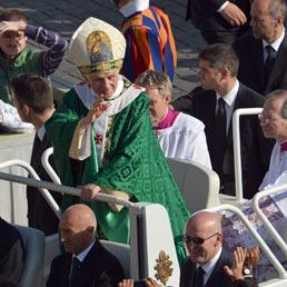 50 anni fa il Concilio Vaticano II. Ratzinger denuncia il «deserto culturale» del tempo presente (Afp)