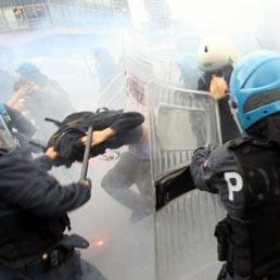 La protesta degli studenti scontri a porta portese caos - Porta portese milano ...