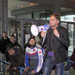 Aldo Ranieri, rappresentate del comitato cittadini liberi e pensanti, parla agli operai durante il blocco degli ingressi (Ansa)