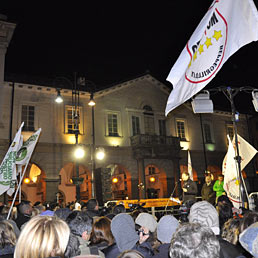 Nella foto una manifestazione del Movimento 5 Stelle ad Aosta in vista del referendum (Ansa)