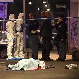 Il corpo di Diego Preda, 69 anni, l'assicuratore ucciso in via Mosè Bianchi a Milano con alcuni colpi di pistola alla testa (Ansa)