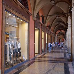 Da Bologna crociata contro i negozi che sprecano energia tenendo spalancate le porte ...