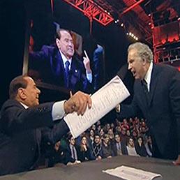 """Il fermo immagine mostra Silvio Berlusconi (a sinistra) mentre discute con Michele Santoro durante la trasmissione """"Servizio pubblico"""" su La7 (Ansa)"""