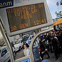 Nella foto i disagi nel trasporto pubblico napoletano del 30 gennaio scorso dovuti al blocco degli autobus dell'Anm-Azienda Napoletana Mobilità per mancanza di gasolio (Ansa)