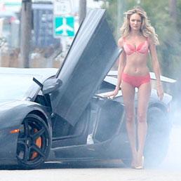 La modella di Victoria's Secret Candice Swanepoel durante un servizio fotografico a Miami (Lapresse)