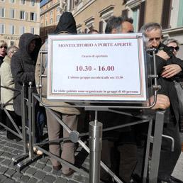 La fila davanti a Palazzo Montecitorio. (Emblema)