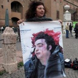 Patrizia Moretti in strada con l'immagine di Federico, il figlio ucciso a calci e pugni nel 2005 da un gruppo di agenti di Polizia (Ansa)
