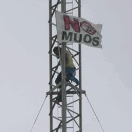 Uno degli attivisti di un gruppo di 10 No Muos che hanno compiuto un blitz all'interno della base americana di contrada Ulmo, a Niscemi (Ansa)
