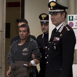 Luigi Preiti, l'uomo che ha sparato ai due carabinieri davanti Palazzo Chigi, preso in consegna dalla forze dell'ordine all'uscita del pronto soccorso dell'ospedale San Giovanni di Roma. (Ansa)