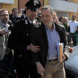 Tosi scortato dai Carabinieri per evitare i contestatori. (LaPresse)