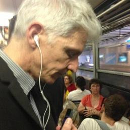 Il ministro dei Beni culturali e del Turismo Massimo Bray sul treno della Circumvesuviana in una foto postata sul suo profilo Twitter (Ansa)