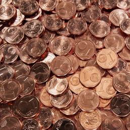 Bruxelles prepara l'addio alle monete da uno e due centesimi di euro. BRUXELLES – Non c'è probabilmente cittadino europeo che non abbia in casa un portacenere o un piattino in cui svuota le tasche delle monete di piccolo taglio ricevute durante la giornata.