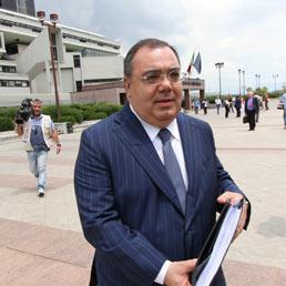 Il senatore Sergio De Gregorio all'uscita dal tribunale di Napoli dove si è tenuta l'udienza preliminare per la vicenda della compravendita dei senatori (Ansa)