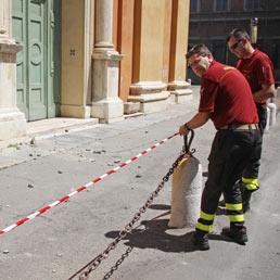 Danni alla chiesa di S.Domenico a Modena dopo la scossa di terremoto. (Ansa)