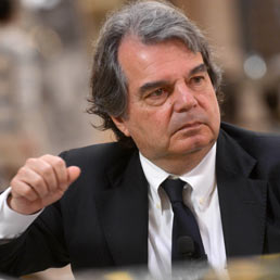 Brunetta scrive a Letta: In Italia non c'è stato di diritto. A Saccomanni: no aumento Iva o Governo cade