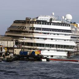 Il relitto della Costa Concordia dopo il raddrizzamento visto dall'isola del Giglio (Ansa)