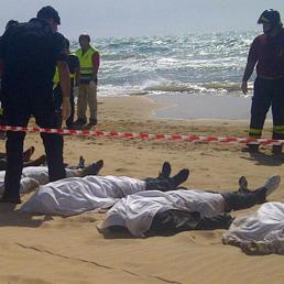 Risultati immagini per migranti annegati foto