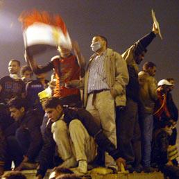 Egitto in rivolta, si estende la protesta delle moschee e Mubarak schiera l'esercito. Scontri e vittime (Epa)