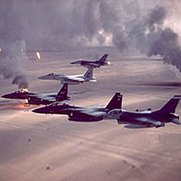 Desert Storm compie 20 anni. Fu la prima guerra in diretta tv. Jet Usa sorvolano i pozzi petroliferi kuwaitiani in fiamme durante Desert Storm
