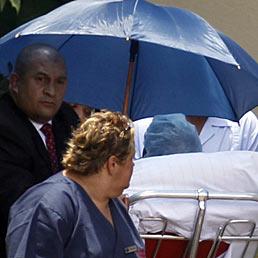 Mandela esce dall'ospedale, le sue condizioni sono stabili. Sarà curato a domicilio. Nella foto la scorta e gli infermieri accompagnano la barella dell'ex presidente sudafricano all'esterno dell'ospedale (AP Photo)
