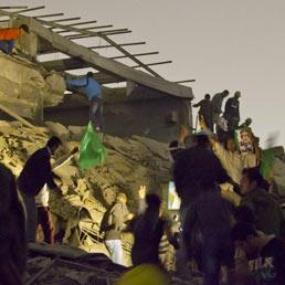 Un raid della Nato distrugge l'ufficio di Gheddafi a Tripoli (Ap)