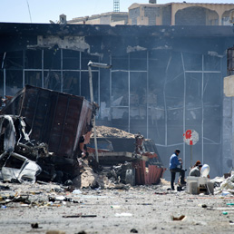Bombe del rais su Misurata. La ritirata delle truppe verdi non ferma i combattimenti (Afp)