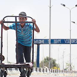 L'Egitto riapre le frontiere con Gaza (chiuse dal 2007). Nella foto un giovane fattorino egiziano in cerca di clienti sul confine con Gaza appena riaperto (AP Photo)