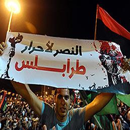 Gheddafi ai suoi fedelissimi: lotta fino alla morte. Nella foto i festeggiamenti dei ribelli nelle piazze (Epa)