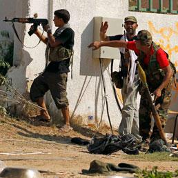 I fedeli di Gheddafi lanciano i razzi sui ribelli. Taglia di 1,6 milioni $ sul raìs «vivo o morto»