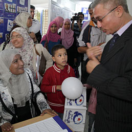 Islamici senza rivali in Tunisia. Nella foto sostenitori di Ennahda accolgono con soddisfazione i primi risultati del voto che vede in testa il partito islamico (AP Photo)