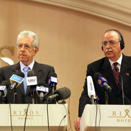 Mario Monti e Abdel-Rahim al-Kib a Tripoli (Epa)