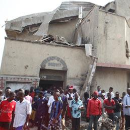 Attacco contro chiesa di S. Teresa Cattolica semidistrutta dopo una bomba nel distretto di Zuba Madala capitale della Nigeria ((Afp)