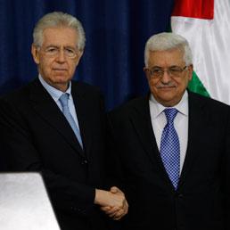 Il premier Mario Monti e il presidente dell'Aurorità nazionale palestinese, Abu Mazen (Ap)